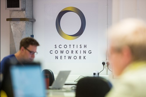Scottish Coworking Network Logo na parede do Hub de Coworking